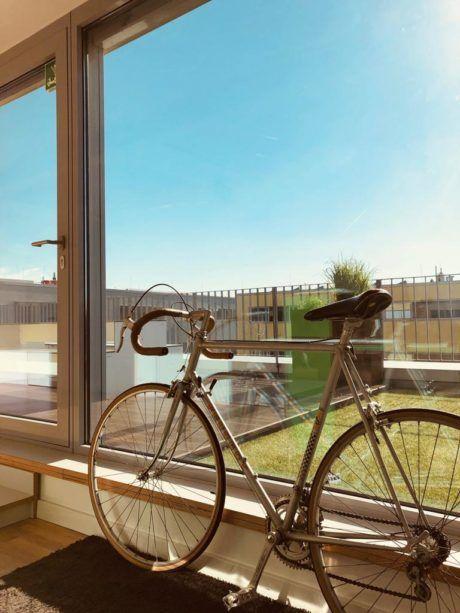 Rennrad vor Fensterfront der Werbeagentur seitenwind Regensburg