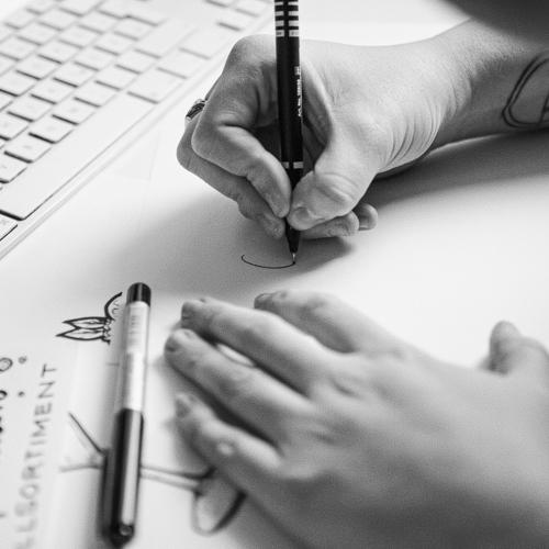 Hände Grafikdesignerin Lettering