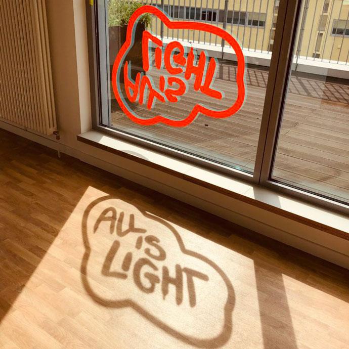 Fensterbeklebung wirft Schatten