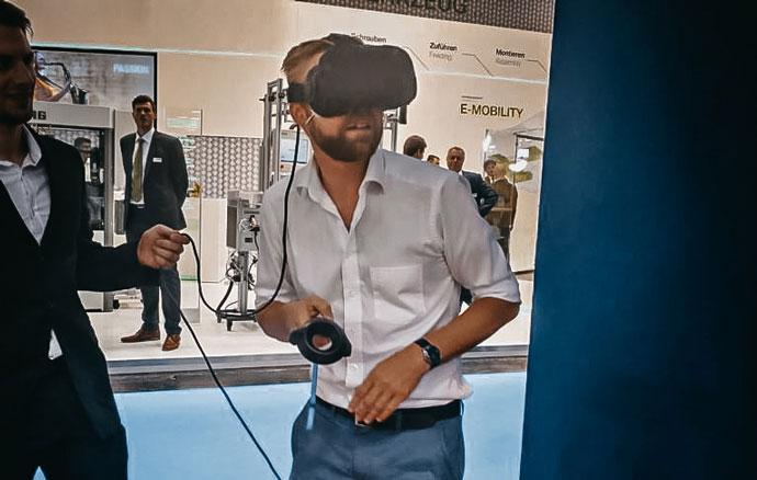 Tobias Schweinitz auf Messe mit VR-Brille
