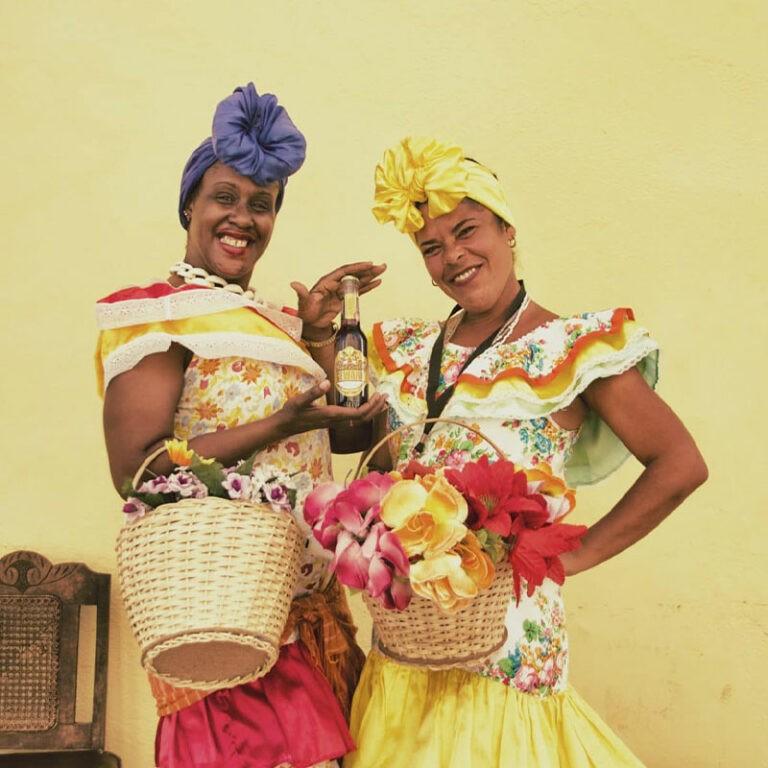 Zwei kubanische Frauen zeigen Gewara Limonade